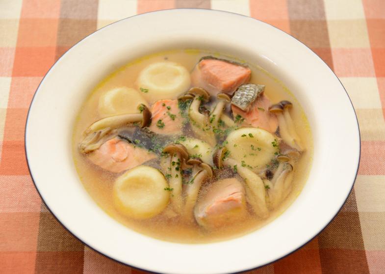 秋鮭としめじの豆腐白玉スープ